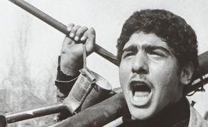 عکس/تفنگ ضدزره در دست جوان انقلابی