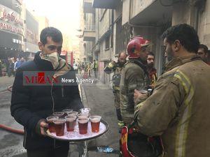 عکس/ پذیرایی مردم از آتشنشانان خیابان ولیعصر