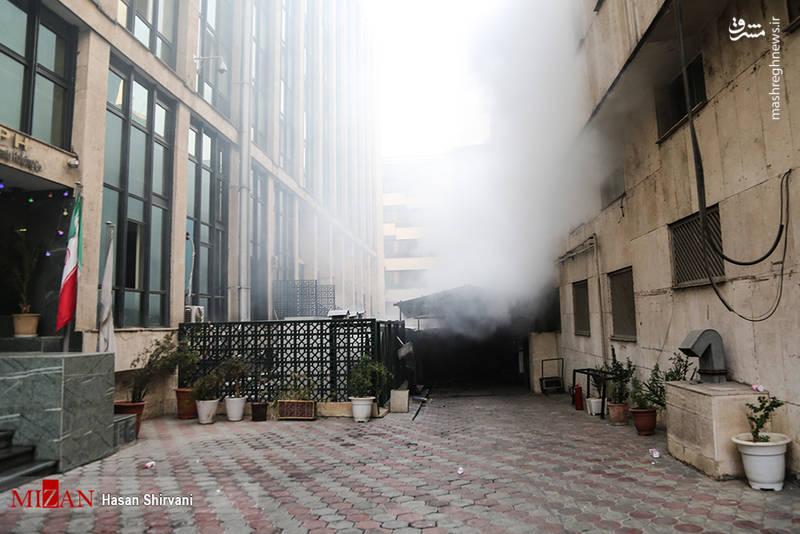 آتش سوزی در ساختمان اداری واقع در خیابان ولیعصر همچنان ادامه دارد.