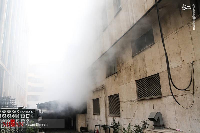 اب و گاز خانه هاي اطراف محل آتش سوزی ساختمان برق حرارتی وزارت نیرو در خیابان ولیعصر هم  هم قطع شد