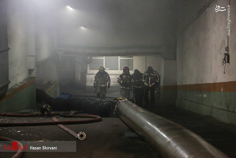 آتش نشانان نمیتوانستند مستقیماً به کانون آتش سوزی دسترسی پیدا کنند به همین دلیل مجبور بودند از طریق حفرههایی که از طبقات دیگر ایجاد کردند، شروع به کنترل آتش کنند.
