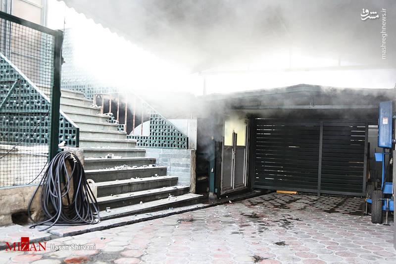 آتش ۱۰۰ در صد کنترل نشده و بخشی از قسمت غربی ساختمان هم کمی نشست کرده و ترکهایی در ورودی پارکینگ ساختمان به چشم میخورد.