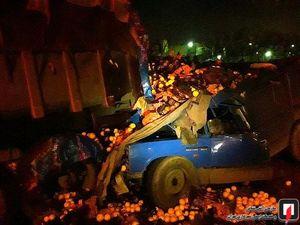 برخورد شدید وانت بار حامل پرتقال با کامیون