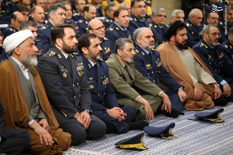 امیر سرتیپ فرزاد اسماعیلی در کنار امیر سرلشکر سید عبدالرحیم موسوی در دیدار فرماندهان و کارکنان نیروی هوایی ارتش با رهبرانقلاب اسلامی