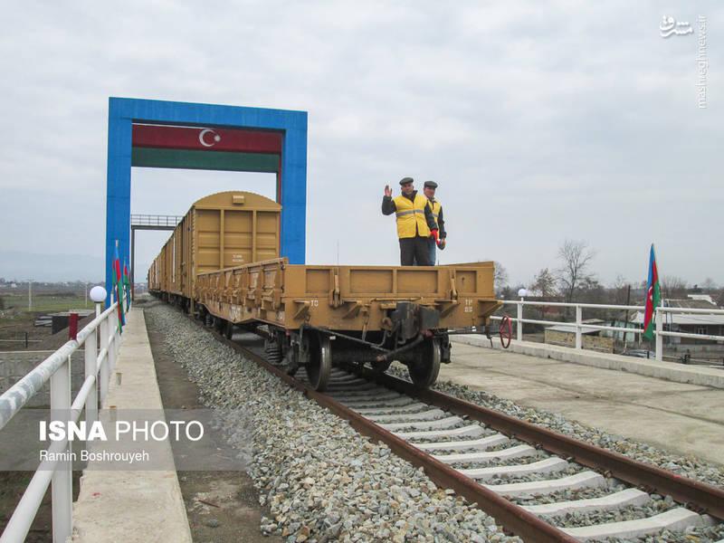 این قطار دارای شش واگن است و اولین محموله بار آزمایشی MDF و تخته نراد را که متعلق به چند شرکت خصوصی است، از طریق خط ریلی جدیدالاحداث بین دو کشور جمهوری اسلامی ایران و جمهوری آذربایجان وارد بارانداز آستارا کرد