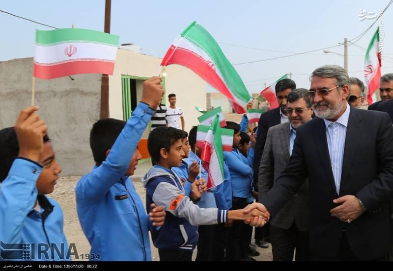 دست دادن وزیر کشور به دانش آموزان هرمزگانی