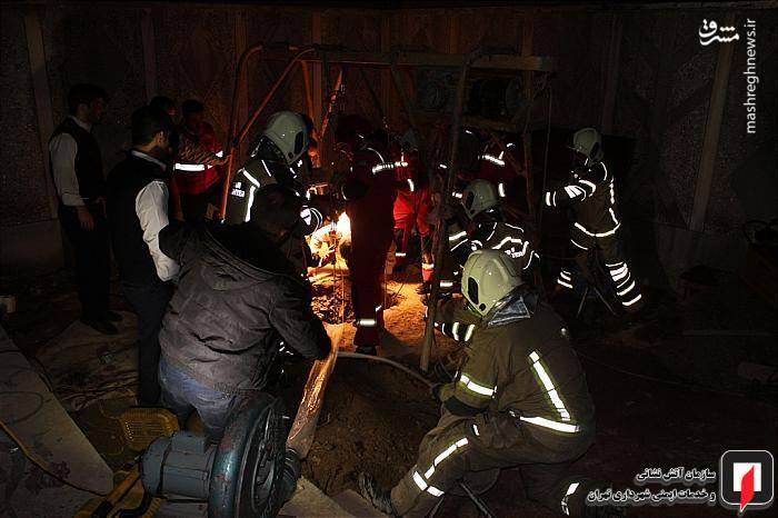 تلاش آتش نشانان برای خارج کردن چاه کن