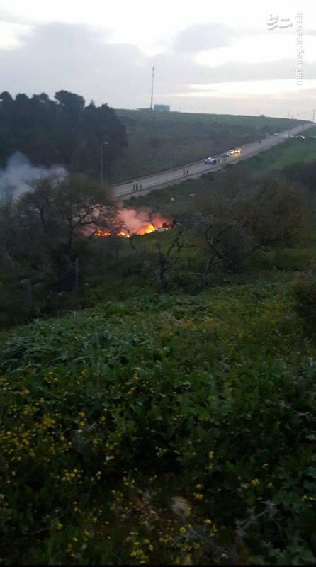 خلبانهای جنگنده اف 16 قبل از سقوط از آن بیرون پریدهاند و بنا به اعلام اسرائیلیها، آسیبی ندیدهاند.