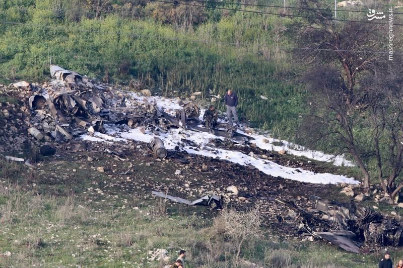 خلبانهای جنگنده اف 16 قبل از سقوط از آن بیرون پریدهاند و بنا به اعلام اسرائیلیها، آسیبی ندیدهاند
