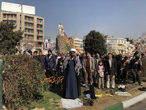 عکس/ اقامه نماز جماعت در راهپیمایی ۲۲بهمن