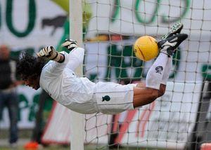 فیلم/ بهترین دفع توپ های تاریخ فوتبال!