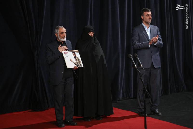 تکریم خانواده شهید مدافع حرم، حسین معزغلامی در آیین اختتامیه سی و ششمین جشنواره فیلم فجر