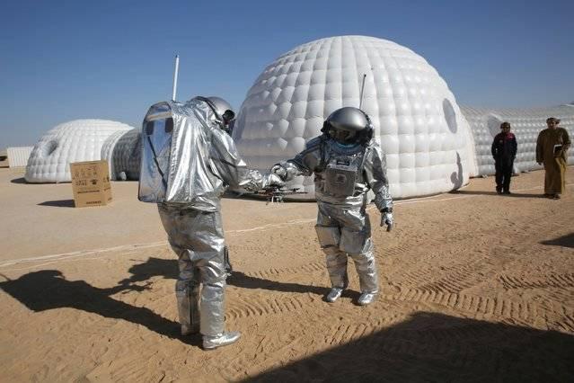 در آزمایشهای خود از پهپاد، رباتهای کاوشگر و فضای گلخانهای برای شبیهسازی ماموریت سفر به سیاره سرخ استفاده میکنند.