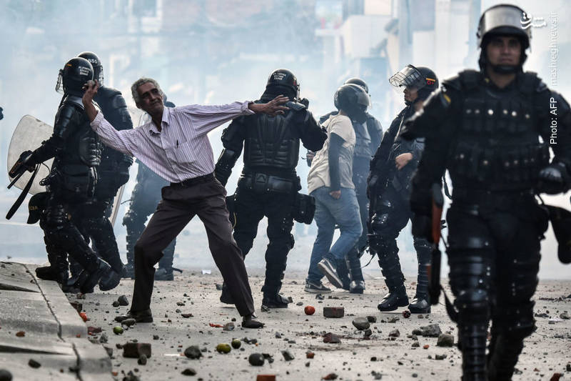 تظاهرات مردم در شهر یومبی کلمبیا علیه حضور اِچِوِری، نامزد سازمان فارک در انتخابات ریاستجمهوری. این سازمان چپگرا پس از چندین دهه فعالیت نظامی که به کشتهشدن عده زیادی از مردم عادی انجامید، چند سالی است با دولت وارد مذاکره شده است تا در صورت عفو اعضایش به یک گروه عادی تبدیل شود، اما بسیاری از مردم این مسأله را نمیپذیرند.