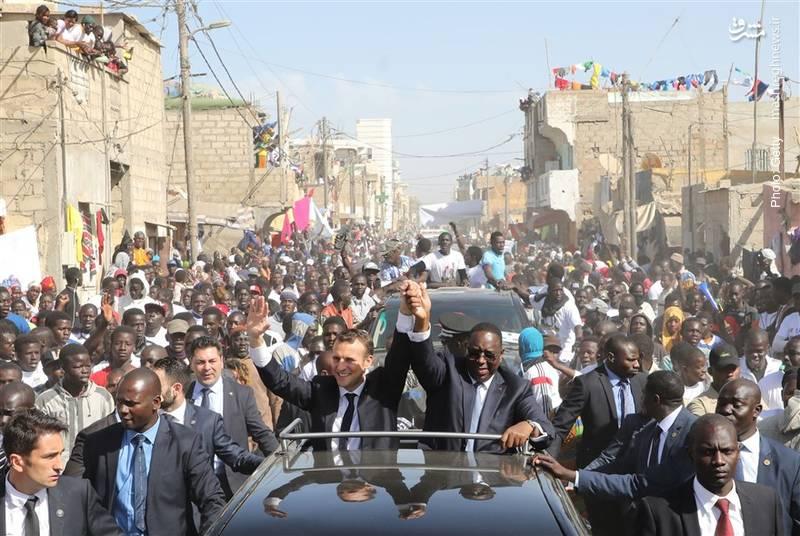 بازدید مکرون از سنگال و همراهی ماکی سال رئیسجمهور سنگال با وی در خیابانهای سنت لوئیس