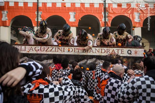 در این جشنواره ده ها هزار نفر، بیش از ۴۰۰ تن پرتقال را به سمت یکدیگر پرتاب می کنند