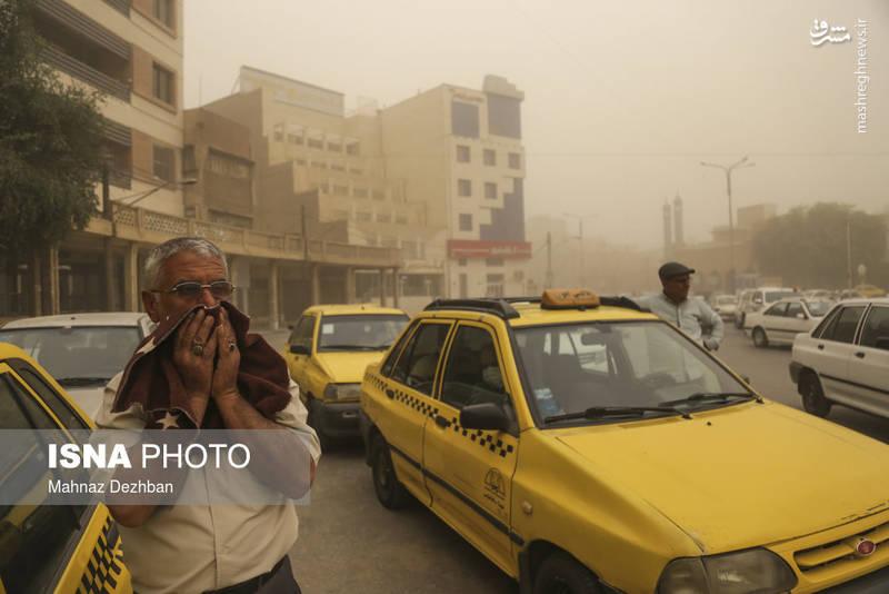 گرد و غبار آسمان اهواز و بسیاری از نقاط استان خوزستان را فرا گرفته و زندگی مردم را مختل کرده است.