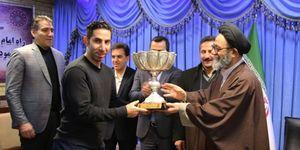 عکس/ اهدای کاپ قهرمانی به امام جمعه محبوب تبریز
