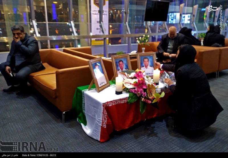 خانواده های جانباختگان نفتکش سانچی در ساعات اولیه روز چهارشنبه در انتظار پیکر سه تن از عزیزانشان در فرودگاه امام(ره) حضور دارند.