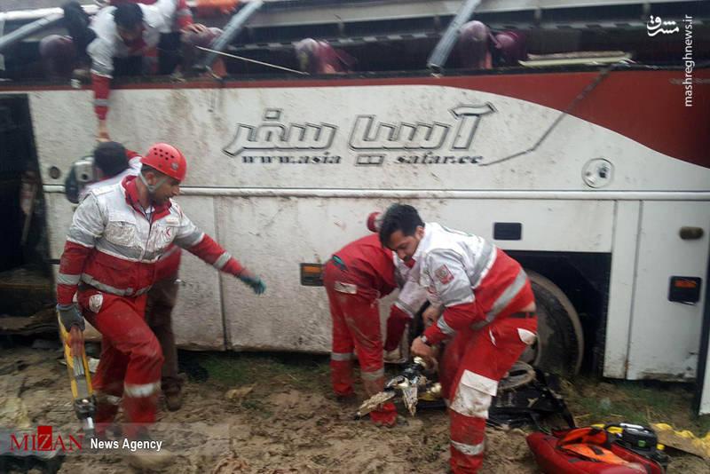 ساعت ۶:۲۵ صبح امروز یک دستگاه اتوبوس مسافربری که از یاسوج به سمت اصفهان در حرکت بود، حوالی دو راهی تنگ رواق از جاده منحرف و داخل دره واژگون می شود