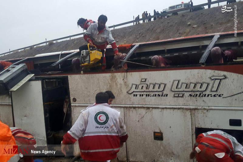 تیم های پایگاه جاده ای استان کهگیلویه و بویر احمد به همراه اورژانس مشغول امداد رسانی هستند