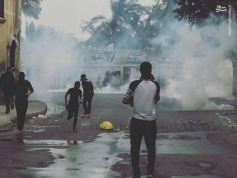 پرتاب گاز اشک آور به سمت تظاهرکنندگان