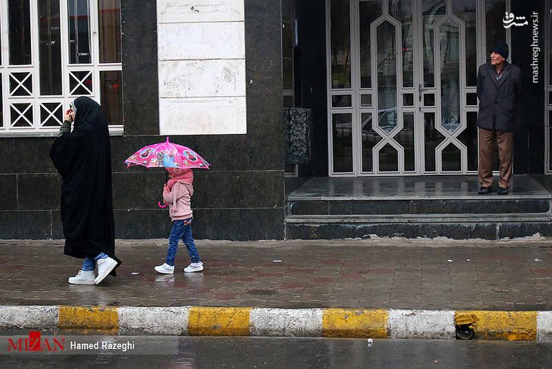 مردم ابهر چتر به دست شدند.