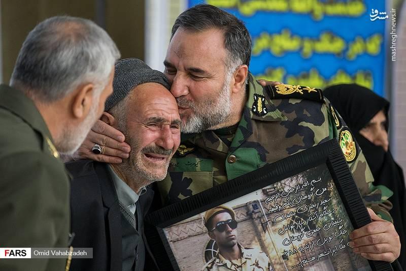 بوسه امیر کیومرث حیدری بر پیشانی پدر یکی از شهدای سرباز