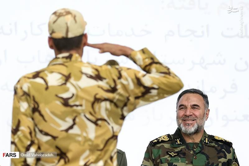 احترام نظامی یکی از سربازان به امیرسرتیپ کیومرث حیدری
