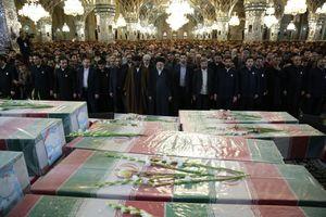 عکس/ اقامه نماز بر پیکر شهدای گمنام توسط رئیسی