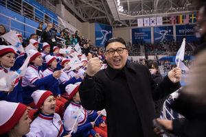 بدل کیم جونگ اون در مسابقه هاکی تیمهای کره شمالی و ژاپن در المپیک زمستانی پیونگچانگ در حال مدیریت تشویقکنندگان است. پرچم تماشاگرانی که به صورت سازماندهی شده به کره جنوبی فرستاده شدند، حاکی از