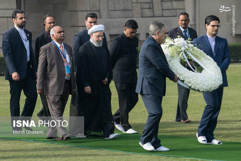 روحانی،با حضور در بنای یادمان مهاتما گاندی بانثار تاج گل به پدر استقلال و رهبر فقید سیاسی و معنوی هندوستان ادای احترام کرد.