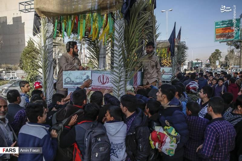 استقبال پرشور جوانان از 24 شهید دفاع مقدس