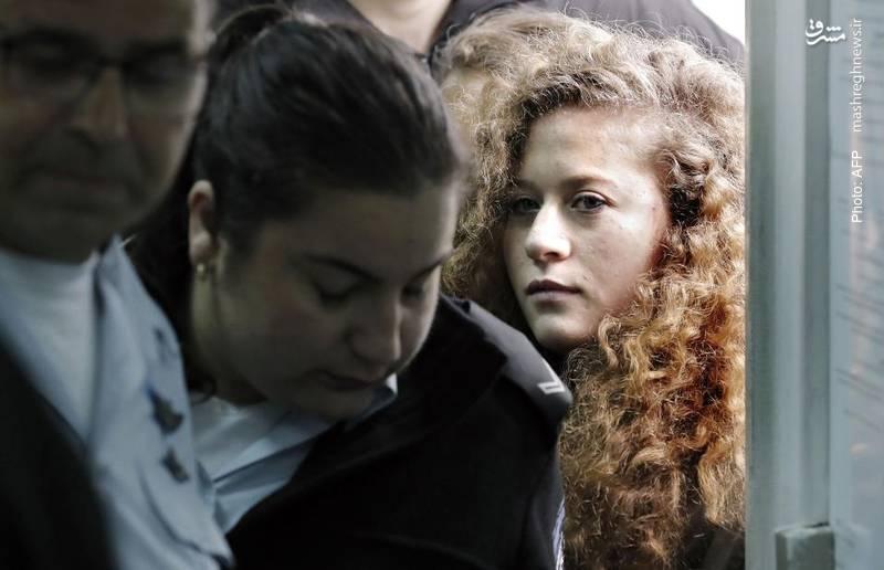 تمیمی دختر 17 ساله فلسطینی به دلیل راهندازی یک پویش علیه اشغالگری اسرائیل و دعوای فیزیکی با یک مامور رژیم صهیونیستی به بیدادگاه رژیم صهیونیستی وارد میشود