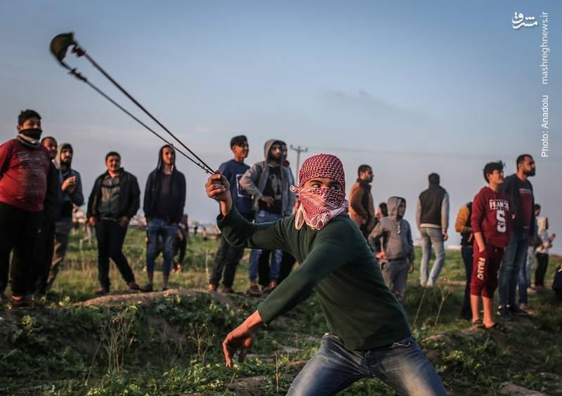 پرتاب سنگ به سمت ماموران امنیتی اسرائیل در تظاهرات فلسطینیان علیه تصمیم اخیر ترامپ برای انتقال سفارت آمریکا به قدس