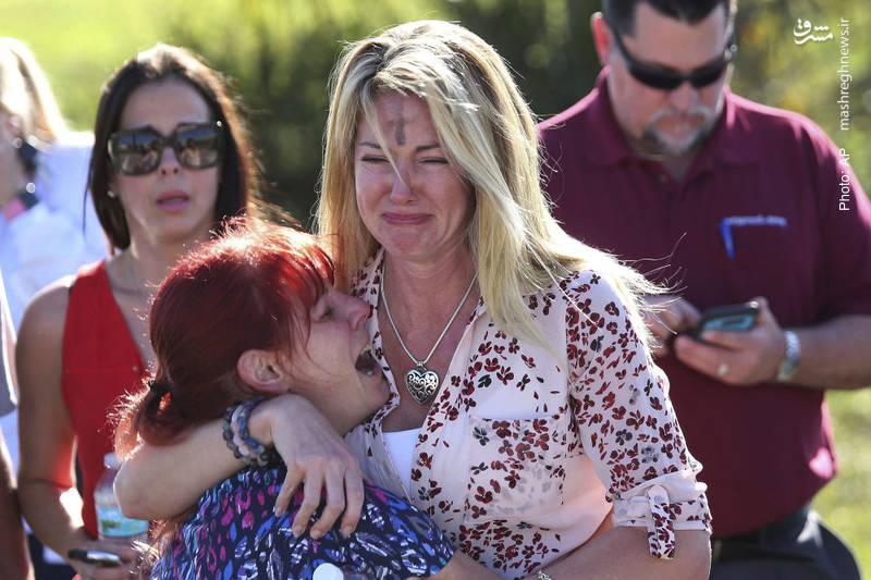 بیقراری خانواده ها در نزدیک مدرسه ای واقع در فلوریدا که تیراندازی در آن به مرگ 17 نفر انجامید.