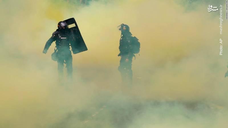 تراکم گاز اشکآور در تظاهرات مردم در بوگوتای کلمبیا در اعتراض به کمبودهای حمل و نقل عمومی