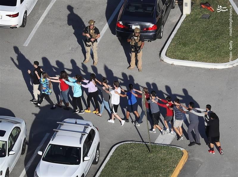 خارجکردن مردم از مدرسهای واقع در فلوریدا که تیراندازی در آن به مرگ 17 نفر انجامید.