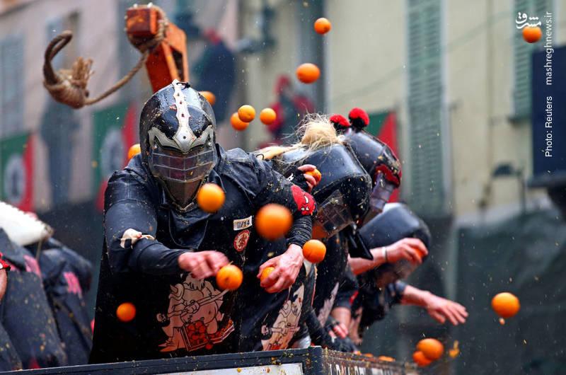 تکرار سالانه رسم عجیب پرتاب پرتقال در ایتالیا در کنار آن طناب دار!