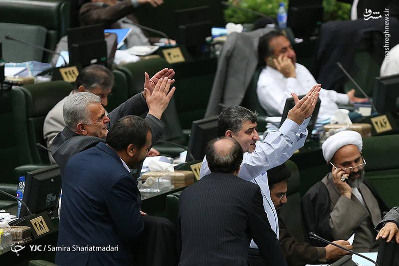 نادر قاضیپور نماینده مردم ارومیه به اتفاق 48 نفر دیگر از نمایندگان در تذکری به وزرای بهداشت و صنعت خواستار تسریع  و جلوگیری از واردات دارو که در داخل تولید میشود، شدند.