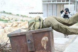 عکس/ سرباز اسرائیلی در سطل زباله