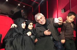 عکس/ سلفی حاتمیکیا با فرزندان شهید مدافع حرم
