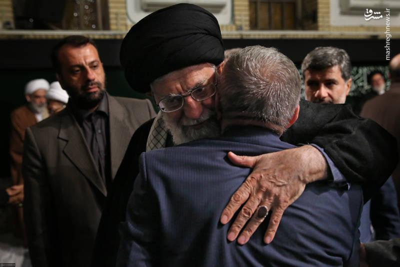 حاج منصور ارضی در آغوش رهبر انقلاب
