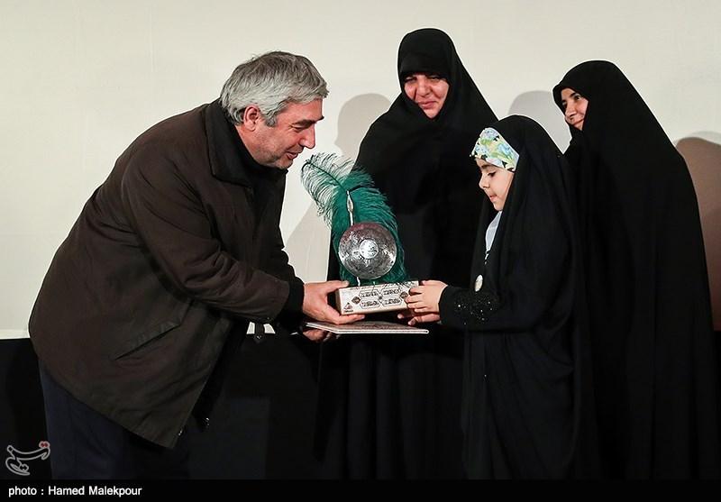ماجرای اهدای چفیه شهید مدافع حرم به حاتمی کیا +عکس