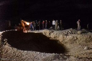 عکس/ عملیات نجات دو مقنی گرفتار در چاه