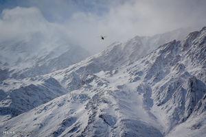 عکس/ پرواز بالگرد هلال احمر بر فراز دامنههای دنا