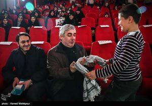 ماجرای اهدای چفیه شهید مدافع حرم به حاتمیکیا +عکس