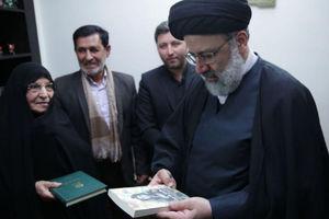 عکس/ دیدار رئیسی با خانواده شهید ستار ابراهیمی