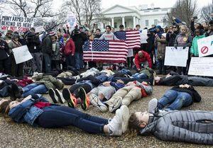 دانش آموزان آمریکایی در مقابل کاخ سفید تحصن کردند