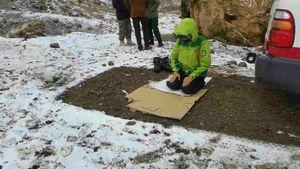 عکس/ نماز اول وقت یک امدادگر در برف